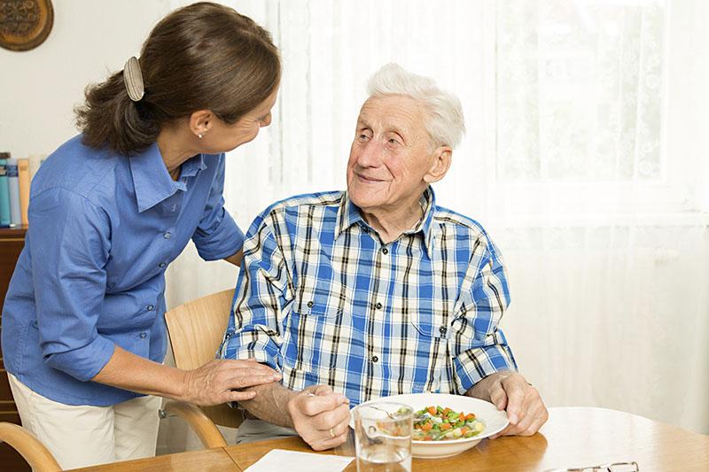 idosos com perda de apetite correm o risco de desnutrição e consequentemente o aparecimento de doenças.