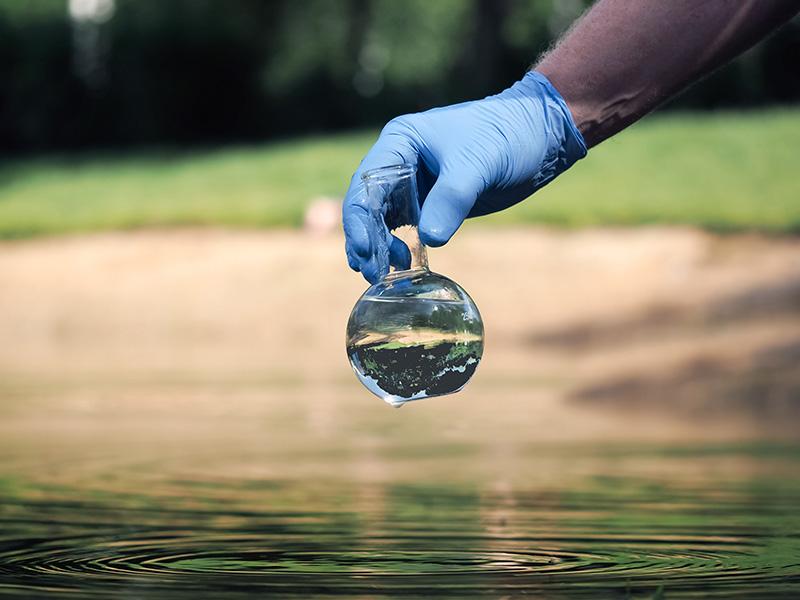 A região de Santander, no norte da Colômbia, sofre com vazamento de petróleo que ocorreu durante um mês e se estende por três rios da região. Estima-se que serão necessários 50 anos para a recuperação ambiental