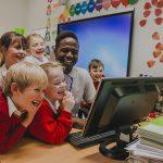 Personagem virtual ajuda crianças a ler e a escrever