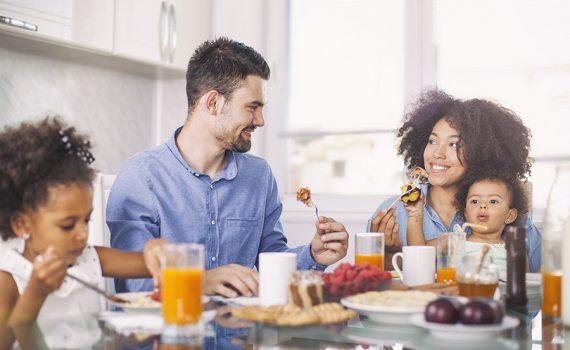 Comer fora de casa pode aumentar o risco de excesso de peso