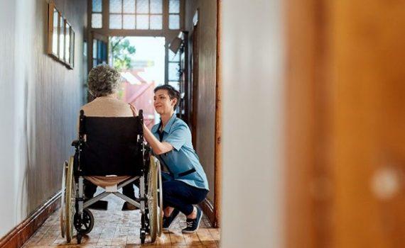 Orientações para controlar a transmissão de coronavírus em lares para idosos