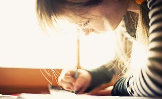 Escrever à mão promove mais atividade cerebral