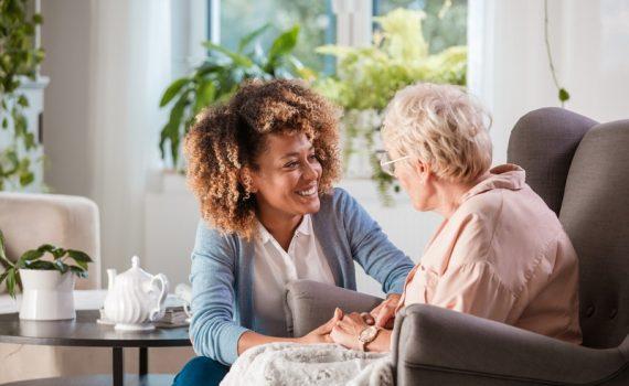 Cuidadores domésticos de idosos devem ser vacinados como prioridade?