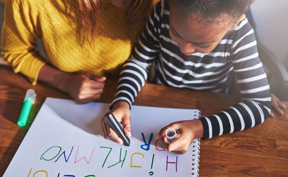 Falta atenção adequada na escola às crianças com dislexia