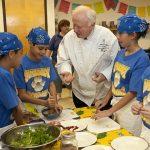 Niños que aprenden a cocinar podrían comer alimentos más saludables