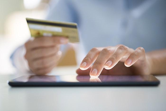 mujer realizando compras en comercio online