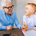 Personas adultas mayores mejoran la memoria volviendo al colegio