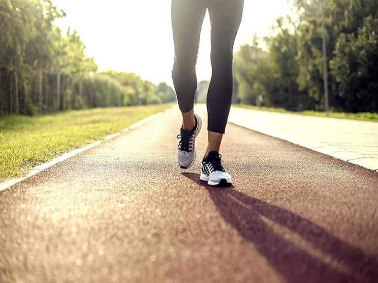 ¿Con cuántos pasos por minuto se camina rápido?