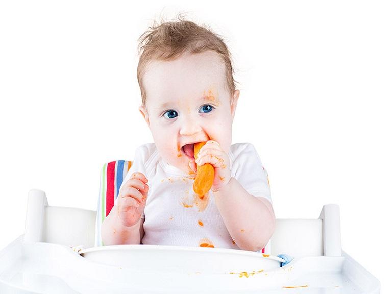 Sueño nocturno de los bebés está relacionado con una alimentación sólida