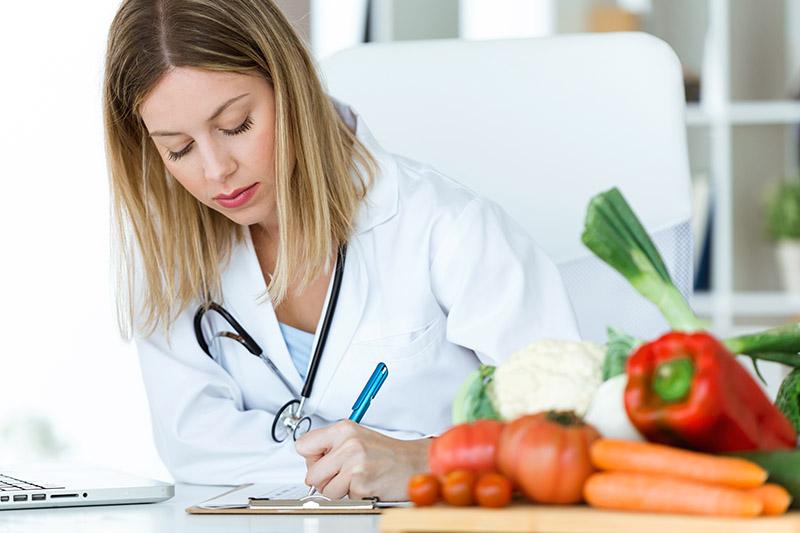 Las dietas que recomiendan aumentar o bajar grasas y carbohidratos deben ser llevadas con cautela. Según una publicación con especialistas en nutrición pueden afectar a la salud