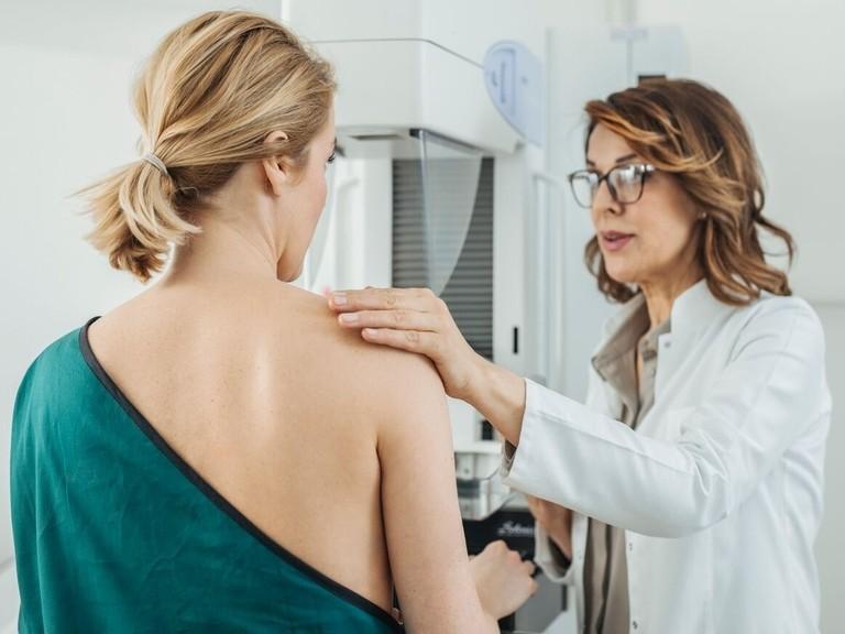 Las mujeres de 75 años deben seguir sometiéndose a una mamografía