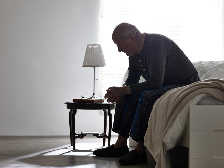 Las personas mayores que más padecen abusos son aquellos con dificultades económicas