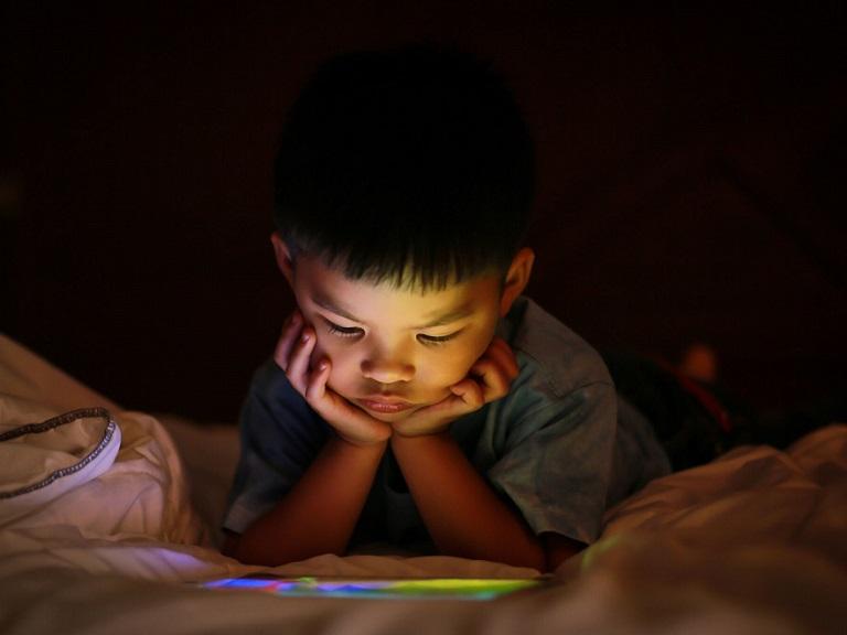 Mucho tiempo delante de la pantalla afecta en el desarrollo de los niños