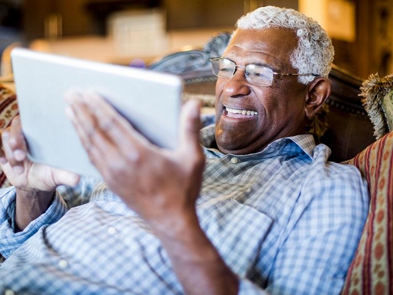 Los adultos mayores son más propensos a compartir noticias falsas