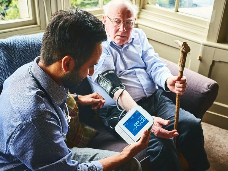 Bajar la presión arterial no beneficia a todos los adultos mayores