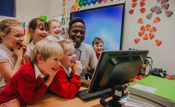 Personaje virtual ayuda a los niños a leer y escribir