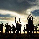 Las clases abiertas reúnen a miles de practicantes de yoga