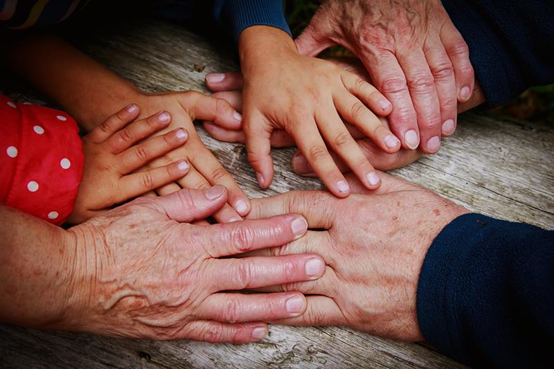 Centros Intergeneracionales, niños y mayores compartiendo experiencias