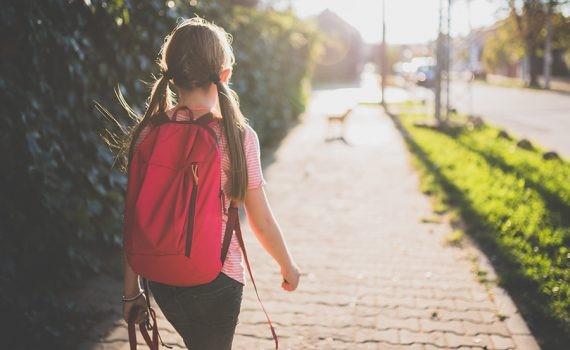 El peso excesivo de las mochilas puede causar lesiones a los niños