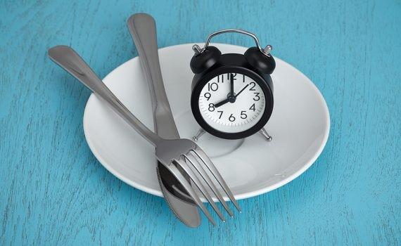 La cena tardía puede empeorar la salud de las mujeres