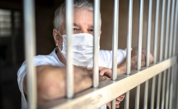 Riesgos del confinamiento en los adultos mayores