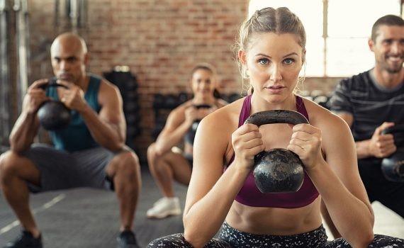 ¿Con pesas o máquinas? Estudio compara los efectos del entrenamiento para la masa muscular