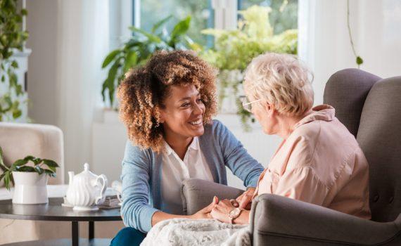 ¿Deben vacunarse de forma prioritaria los cuidadores domésticos de adultos mayores?