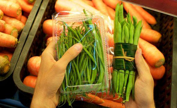Debate: ¿Los plásticos para envolver frutas y verduras son necesarios?