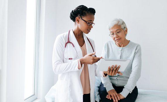Los adultos mayores tienen un mayor riesgo de sufrir problemas de salud oral